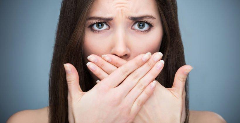 Неприятный запах изо рта: помощь при появлении