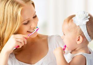 чистка молочных зубов и гигиена рта ребенка